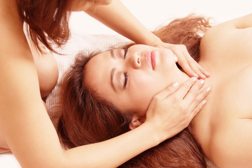 Eine entspannte Frau, wird bei einer Yoni Tantra Massage massiert.