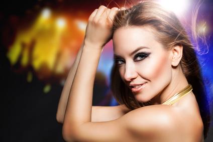 Eine selbstbewusste und attraktive Frau ist am tanzen.